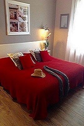 Chambre double Supérieure rénovée (15.5 m2) avec un grand lit (180 cm) et douche en pierre naturelle. Vue jardin ou piscine.