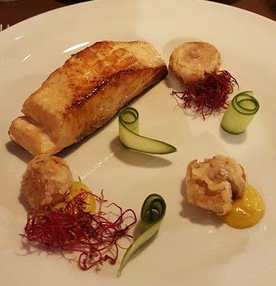 Trancio di salmone scottato con soia, lampascioni fritti e chutney di mango