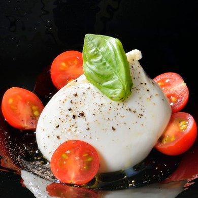 〔冷菜〕北海道産ブッラータチーズのカプレーゼ