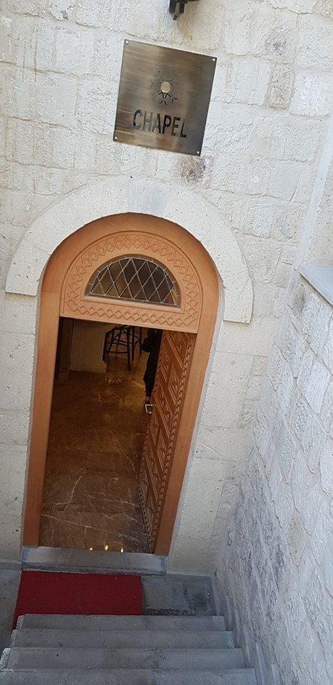 卡帕多西亞艾克塞德拉飯店 (Exedra Hotel Cappadocia)-內夫謝希爾 卡帕多西亞艾克塞德拉飯店 (Exedra Hotel Cappadocia)-內夫謝希爾 地址: Eski Mahallesi, Hac Telgraf Cd. 3/1, 50650 Ortahisar Belediyesi/Ürgüp/Nevşehir, 土耳其 電話: +90 384 343 24 25 位於于爾居普市中心的卡帕多西亞豪斯飯店是您旅遊探索於爾居普和其周邊地區的最佳選擇。 離市中心僅有17 km,旅客可以盡情享受市區內的迷人風景。 住宿位置優越讓旅客前往市區內的熱門景點變得方便快捷。  住宿內能享受到所有房型皆附免費WiFi, 每日客房清潔服務, 壁爐, 代客叫車服務, 24小時前台服務等一系列頂級設施,部分客房提供平面電視, WiFi, 免費WiFi, 禁菸房, 空調,給住客更完整的服務。 住宿設有眾多娛樂設施,例如:瑜珈室, 健身房, 桑拿三溫暖, 室内游泳池, Spa,都是放鬆身心的最佳選擇。 卡帕多西亞豪斯飯店是來於爾居普旅遊的最佳住宿,為您提供一站式高品質服務。