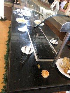 le buffet du matin.. armez-vous de patience, on le remplit au compte goutte..