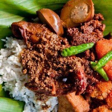 La cuisine Indonésienne: 1. Gudeg:  La chair d'un jeune jacquier bouilli pendant plusieurs heures avec du sucre de palme et du lait de coco.  2. Rawon:  Ragoût de bœuf aux noix de Kluwak. 3. Sop Konro:  La soupe de côtes de bœuf riche en épices. 4. Rendang:  Bœuf cuit lentement au lait de coco et aux épices.  5. Kerak Telor:  Des œufs en croûte de riz et servi avec de la noix de coco râpée frite. 6. Les autres Chauffeur Yogyakarta Et Guide Francophone À Java Indonésie: WhatsApp +62 89 772 595 17