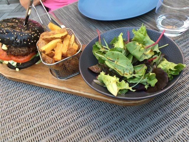 Diner sur la terrasse extérieure du restaurant
