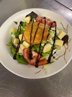 Entrée du jour, salade, chèvre pané, tomate, cantal.