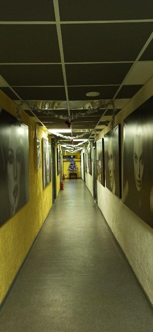 В коридорах отеля со стен на вас смотрят знаменитые киноартисты. Интересное решение!..:)