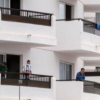 HOTEL LLENO DE INMIGRANTES CON TODO INCLUIDO A COSTA DE NUESTROS IMPUESTOS. LA CADENA SERVATUR SE ESTÁ LUCRANDO Y HACIENDO NEGOCIO CON LAS MAFIAS. NO SE ALOJEN AQUÍ.