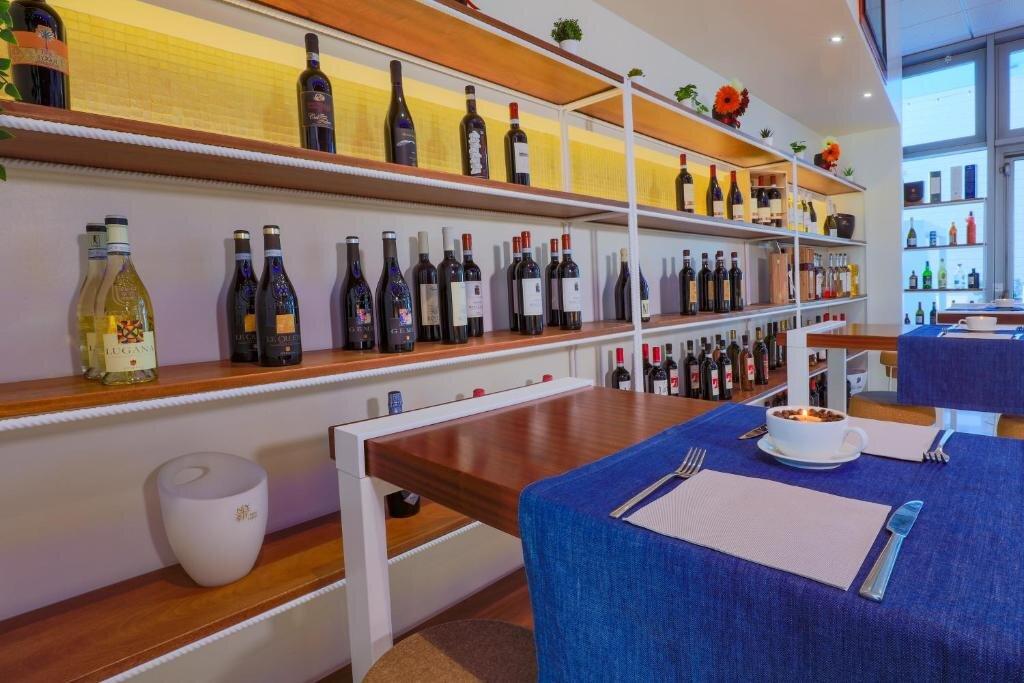 Iena Bar & Restaurant at Glamour Hotel 4s