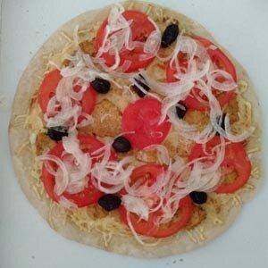 Pizza Turque : base blé noir ou froment, crème, emmental, poulet, oignon cru, tomate crue, olives – assez épicée