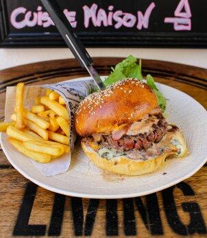 Le burger maison et ses frites