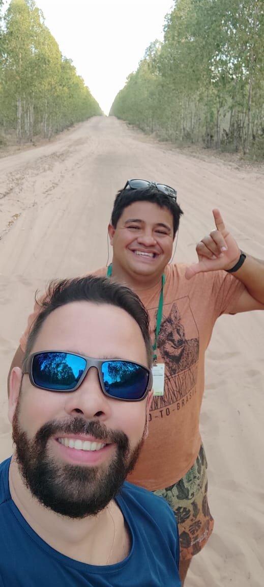 Foto com o índio na estrada de acesso a Pedra Furada.