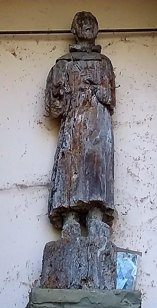 la statua in legno di Pero che è stata intaccata dagli insetti perchè è un legno dolce, mostra una figura del Santo molto danneggiata