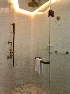 Douche très agréable : spacieuse et fort débit