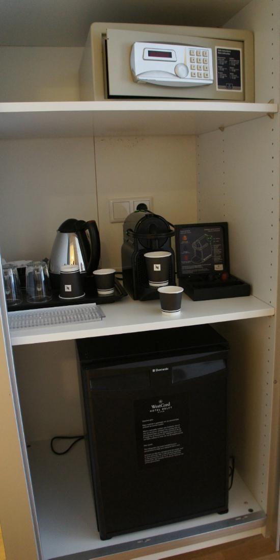 сейф, чайник, кофеварка, холодильник
