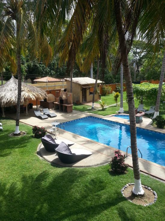 Nuestra piscina, jacuzzi climatizado y parte de los jardines (170094218)