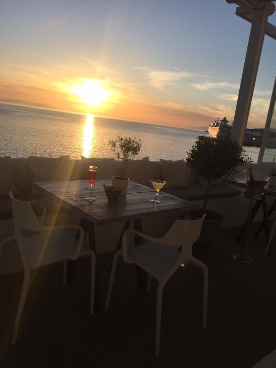 Δείπνο με θέα το ηλιοβασίλεμα...