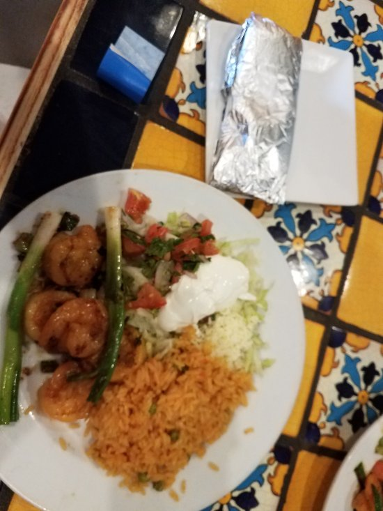 The garlic shrimp with rice and salad