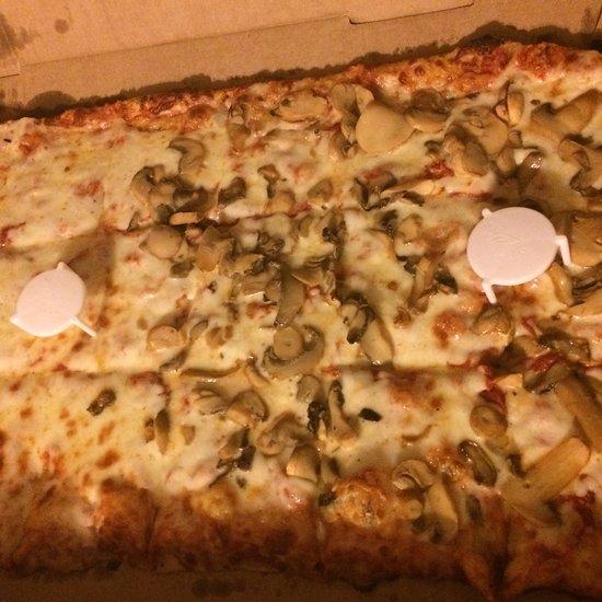 intercou foxs pizza den - 550×550