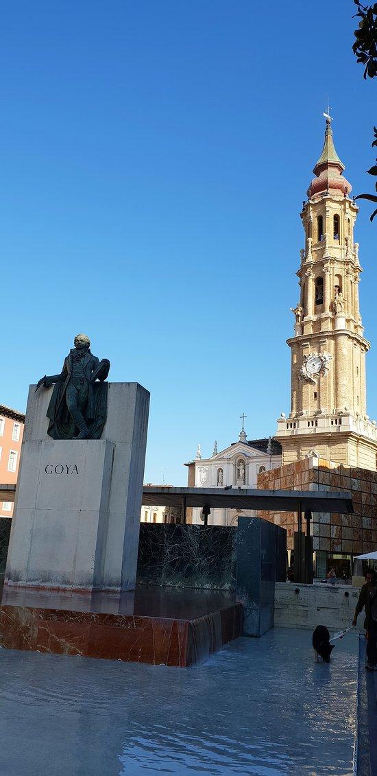 En mémoire de Goyat en fond la Seo del Salvador