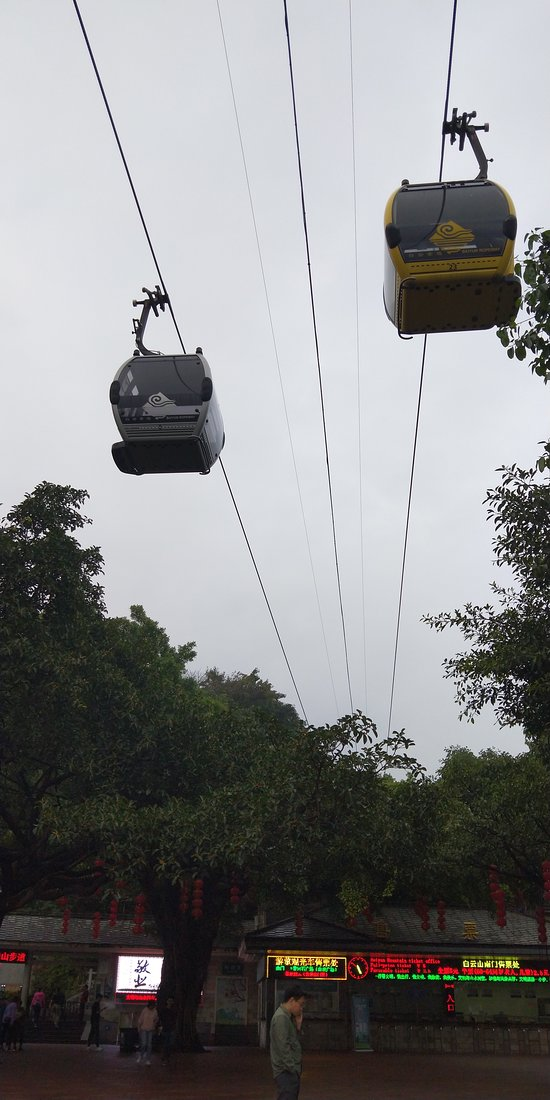 Guangzhou Baiyun Mountain Scenic Area, with beautiful natural landscapes. From the top of the mountain, you will have a good view of the whole city.