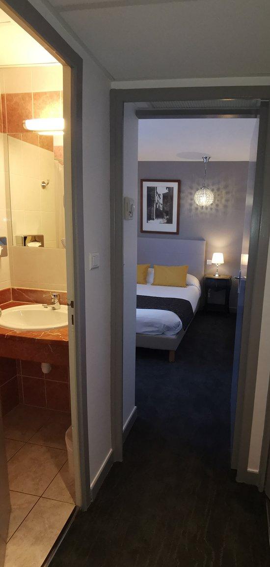Suite junior avec salon accessibles par ascenseur. Insonorisation, climatisée,Wi-Fi Gratuit , TV satellite,  avec coffre fort et mini réfrigérateur. Salle de bain privative avec sèche cheveux.