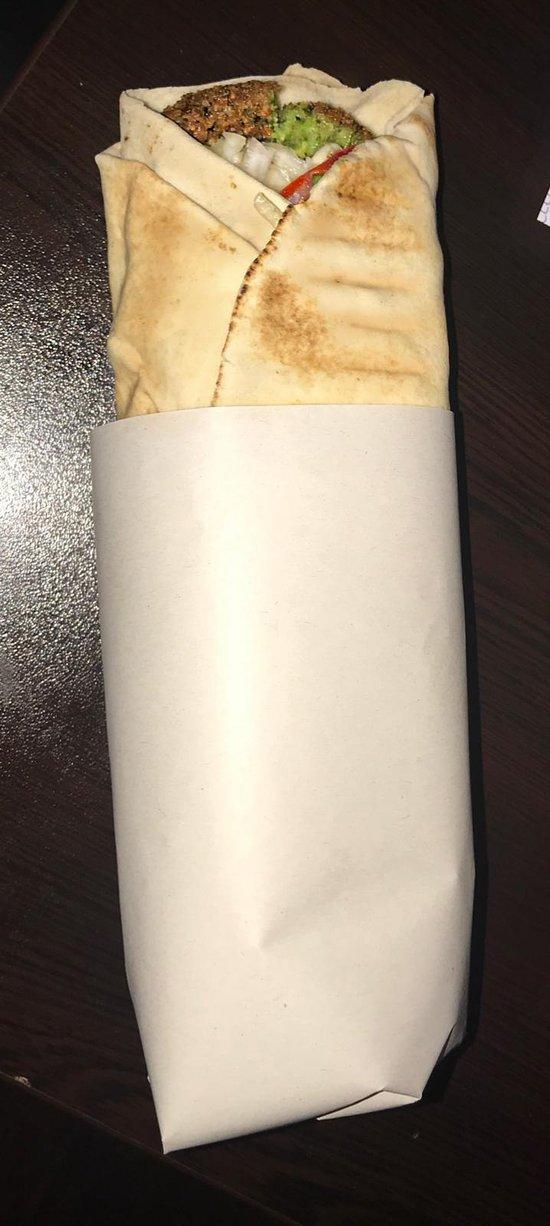 Ein Falafel-Sandwich im gerollten Fladenbrot.