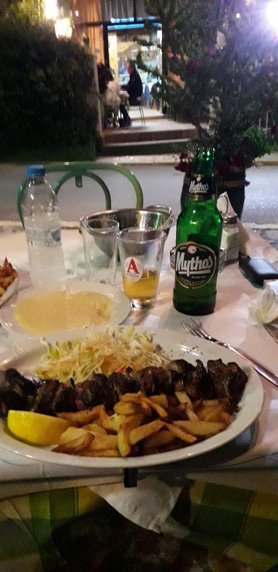 spiedino (souvlaki) e birra locale