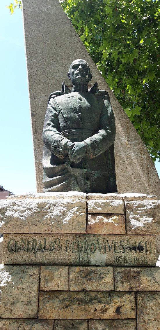Monument a Pere Vives Vich