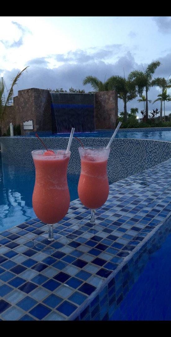 Cocktails du bar de la piscine