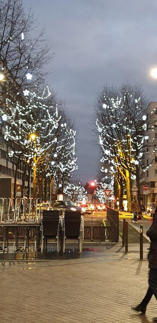 Balade en soirée au marché de Noël du Mans. Chance du trouver une chorale de chants de Noël. Vin chaud et marrons grillés.