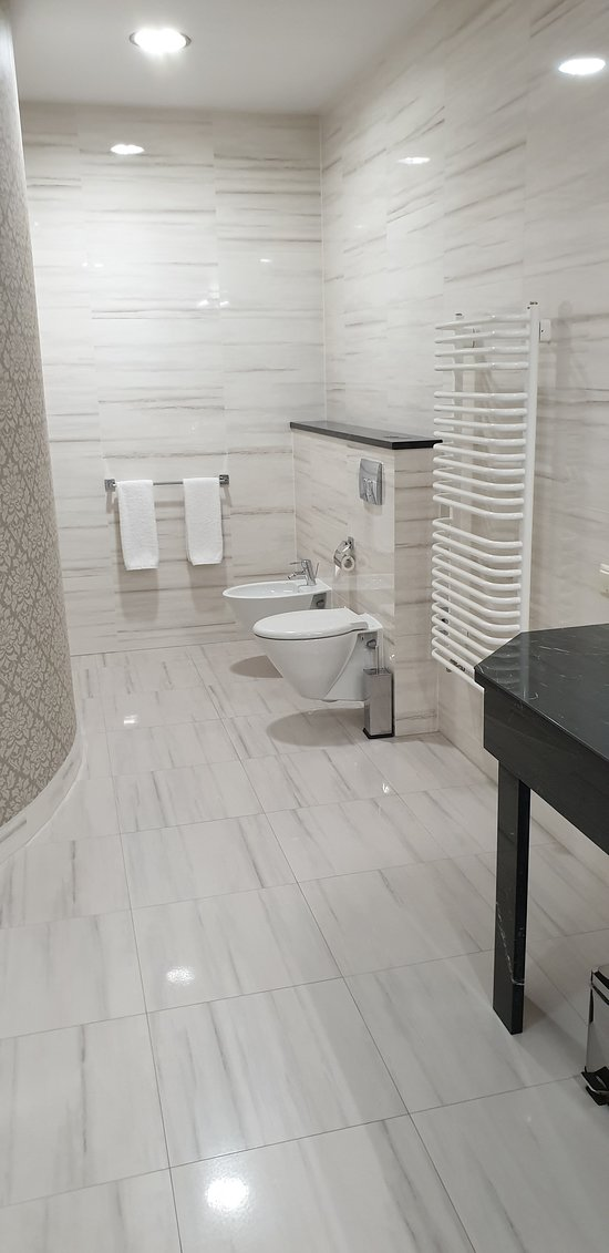 The main bathroom of the Metropolitan suite, with separate bath & shower