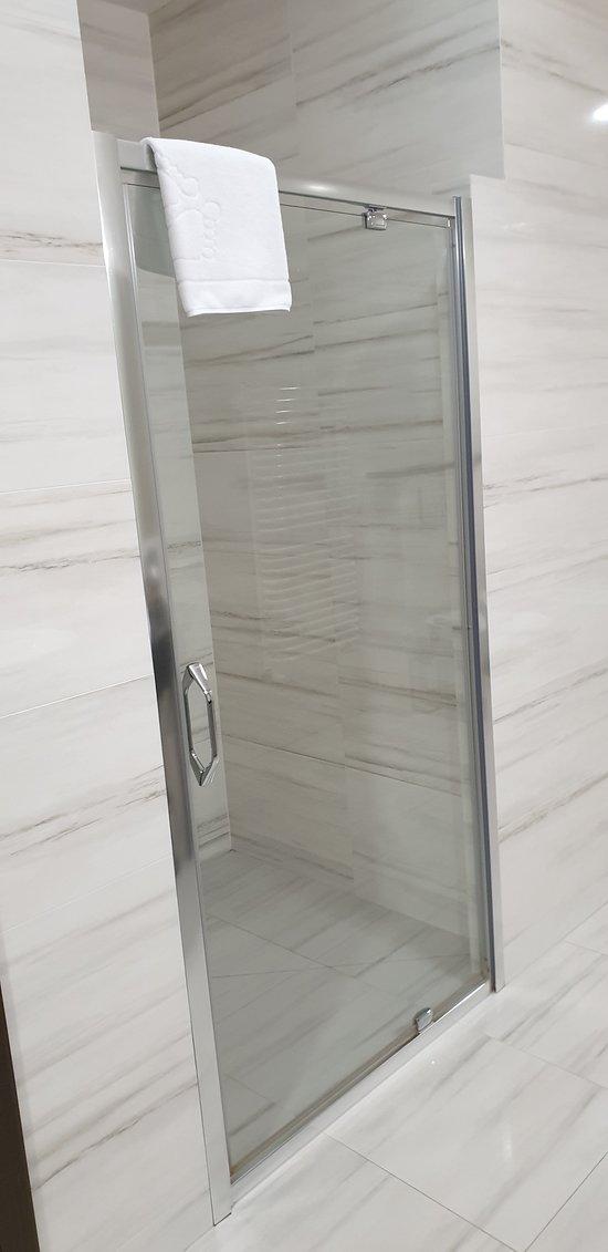 Shower in the Metropolitan suite