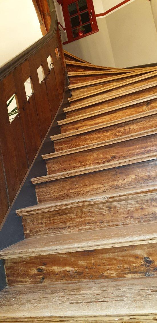 in den 1.Stock 33 Stufen,in den 2. Stock 50 steil und ohne zweiten Handlauf.Für Mensch und Hund eine Strapatze,