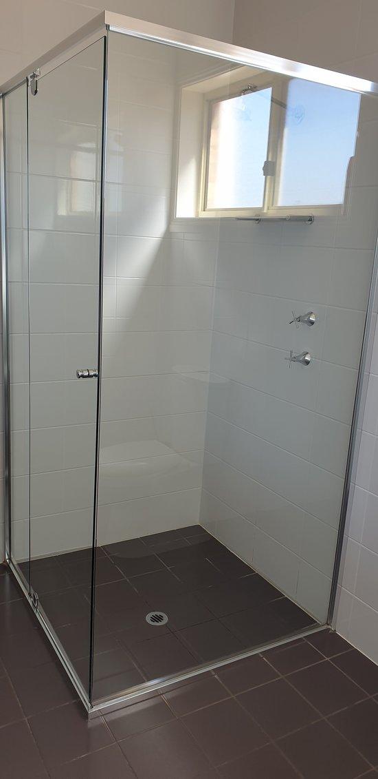 Sundowner Motel Hotel Whyalla    shower