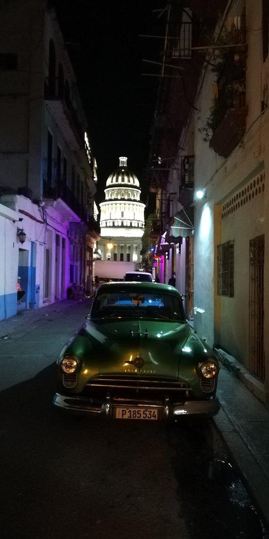 Jedno z ładniejszych zdjęć zrobionych na Kubie - z Calle Brasil ze starym, amerykańskim samochodem