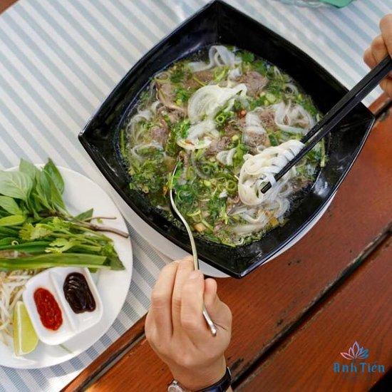 VIETNAMS VIELFALT 🇻🇳 Obwohl wir weit weg von unserer Heimat sind versuchen wir mit traditionellen Gerichten unserer Kultur nah zu sein. Anh Tiens Köche geben sich jeden Tag Mühe, damit auch du Vietnams Speisen probieren kannst. Faszination Asiens Pur!