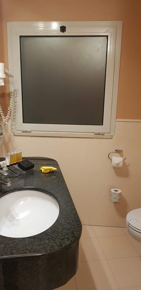 El baño cuenta con bañadera y ducha, con productos de tocador de cortesía.