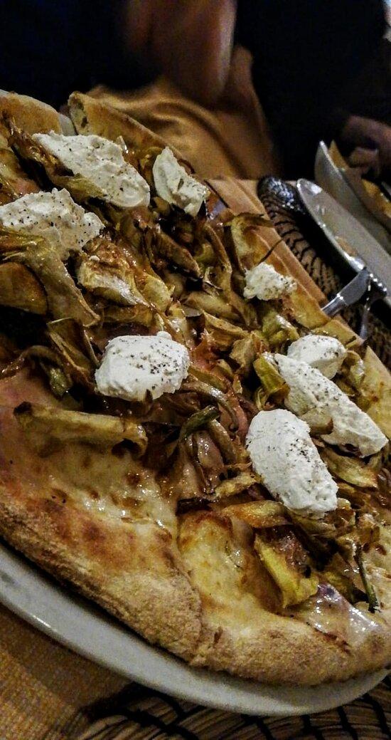 Pizza bianca con Fiordilatte, Guanciale di Amatrice, CAriofi fritti, pepe nero e quenelle di Ricotta di bufala