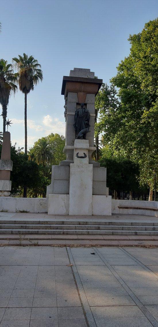 Statue at the north end of Jardines de la Victoria