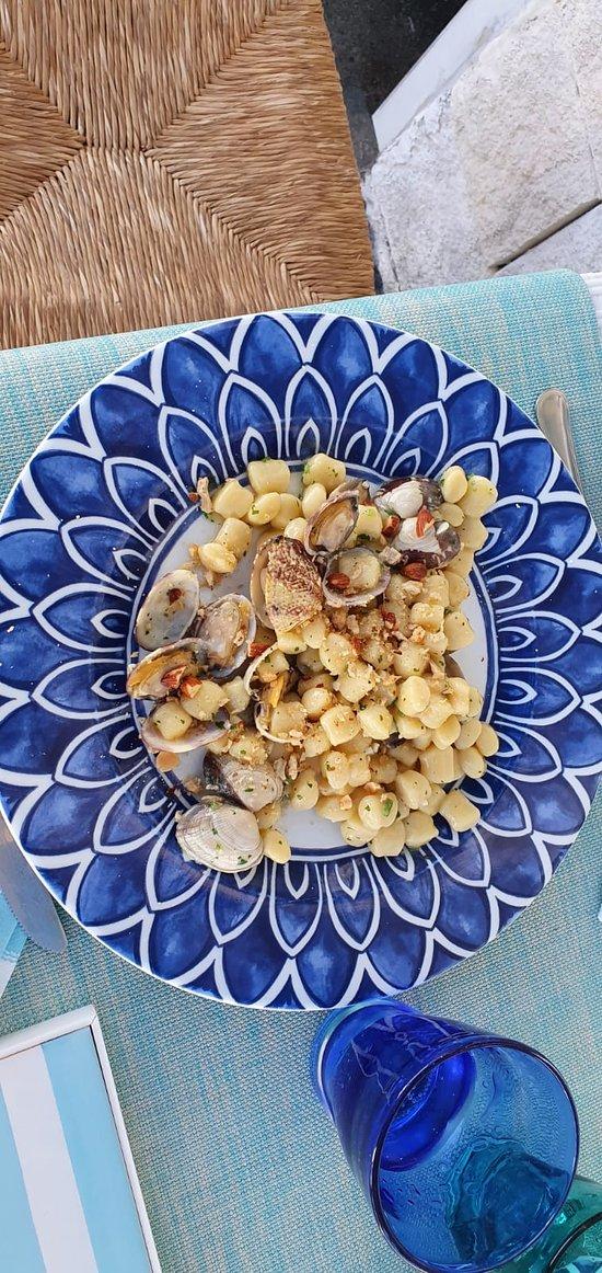 Chicche di patate con vongole veraci e tarallo sbriciolato