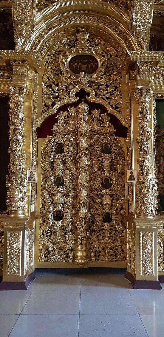 Otra de las puertas reales de la Iglesia.