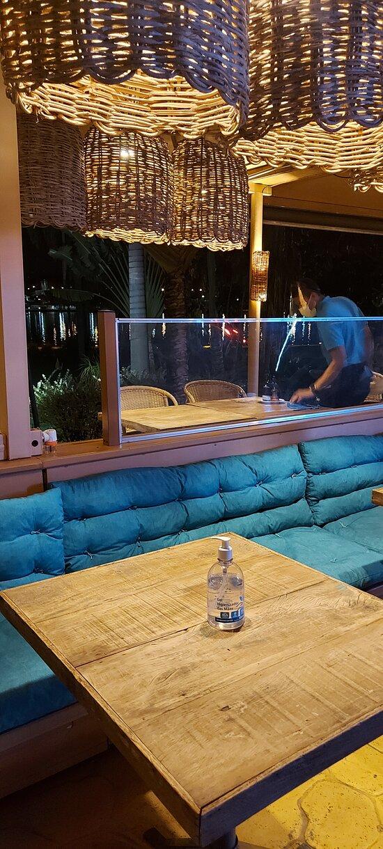 Uma mesa disponível, a do lado fica bloqueada. Perfeito o distanciamento!
