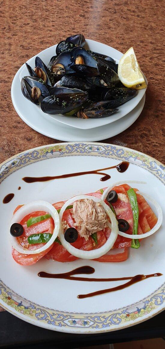 Mejillones al vapor. Ensalada de tomate de la huerta.  Steamed mussels. Garden tomato salad