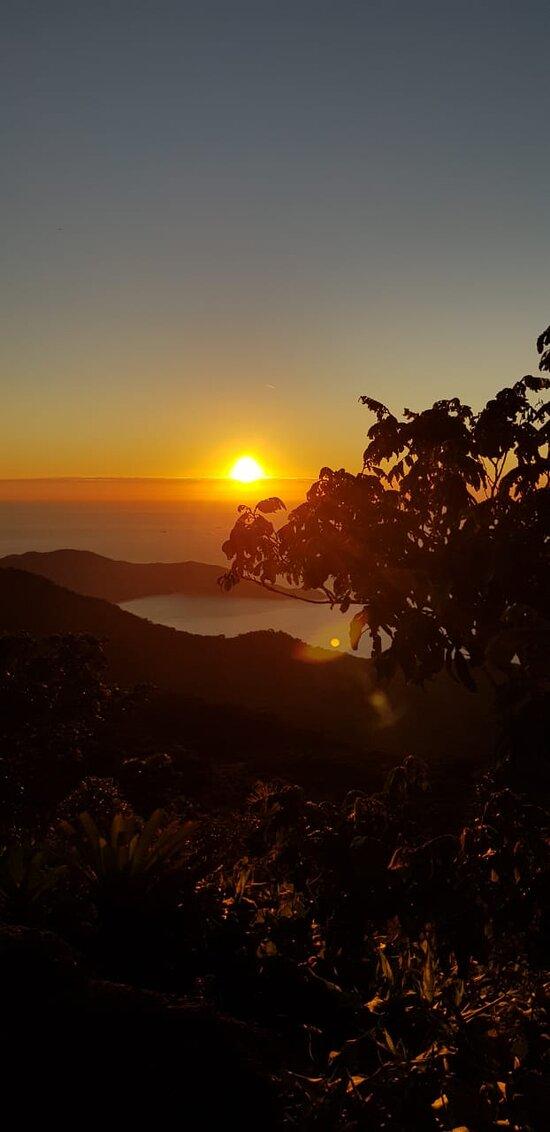 Nascer do sol com a vista da parte superior do pico do papagaio