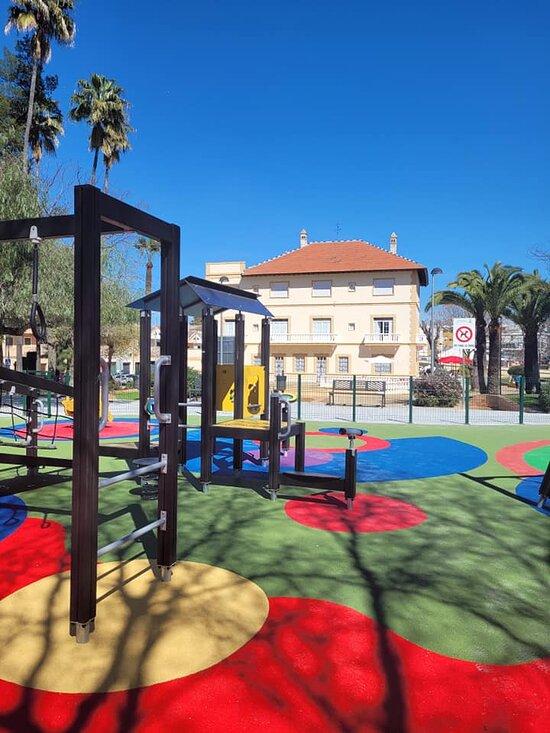 Que los niños disfruten del maravilloso parque infantil, mientras degustamos la gastronomía mediterránea de la Casa del Arte ..