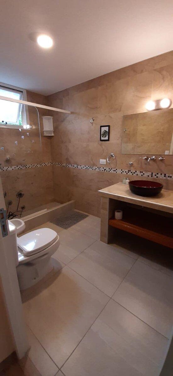 Baño habitación matrimonial, muy amplio y ventilado.
