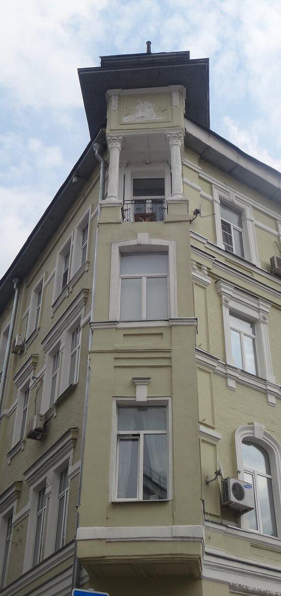 Эркер с балконом и башенкой