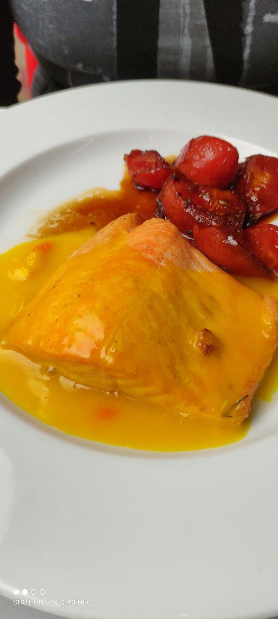 Salmón salsa naranja tomates fritos miel