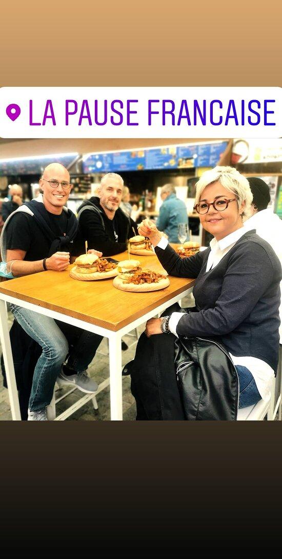 Grupo de amigos francés con 4 burgers y patatas