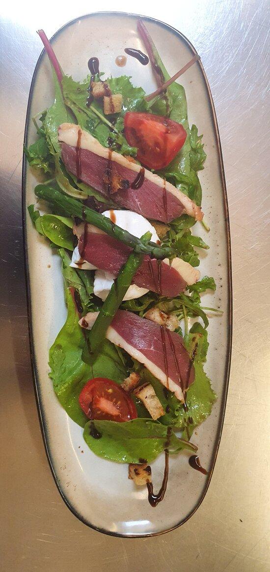 Salade magrets de canard fumés maison