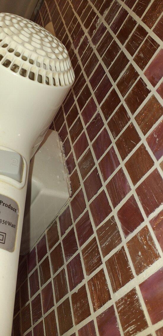 Sèche cheveux ne fonctionne pas et des débris de murs s'amoncellent sur le côté !